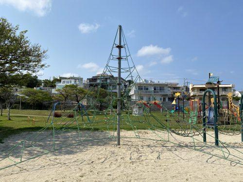 諸見里公園(沖縄市)は遊具だけじゃない!野球にバスケ、テニスもできる万能っぷり!